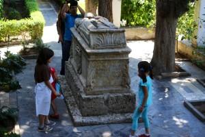 Fundación Rodríguez-Acosta. Jardines del carmen Rodríguez-Acosta. Unas pisntas de la yinkana en el cenotafio. (Foto: Pepe Marín)
