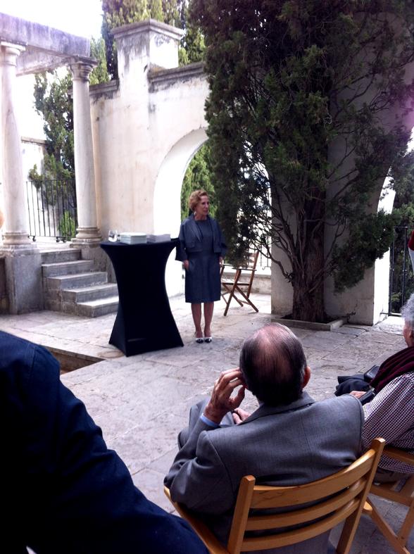 Fundación Rodríguez-Acosta. Esperanza Clavera en el Patio del Teatro presentando el acto.